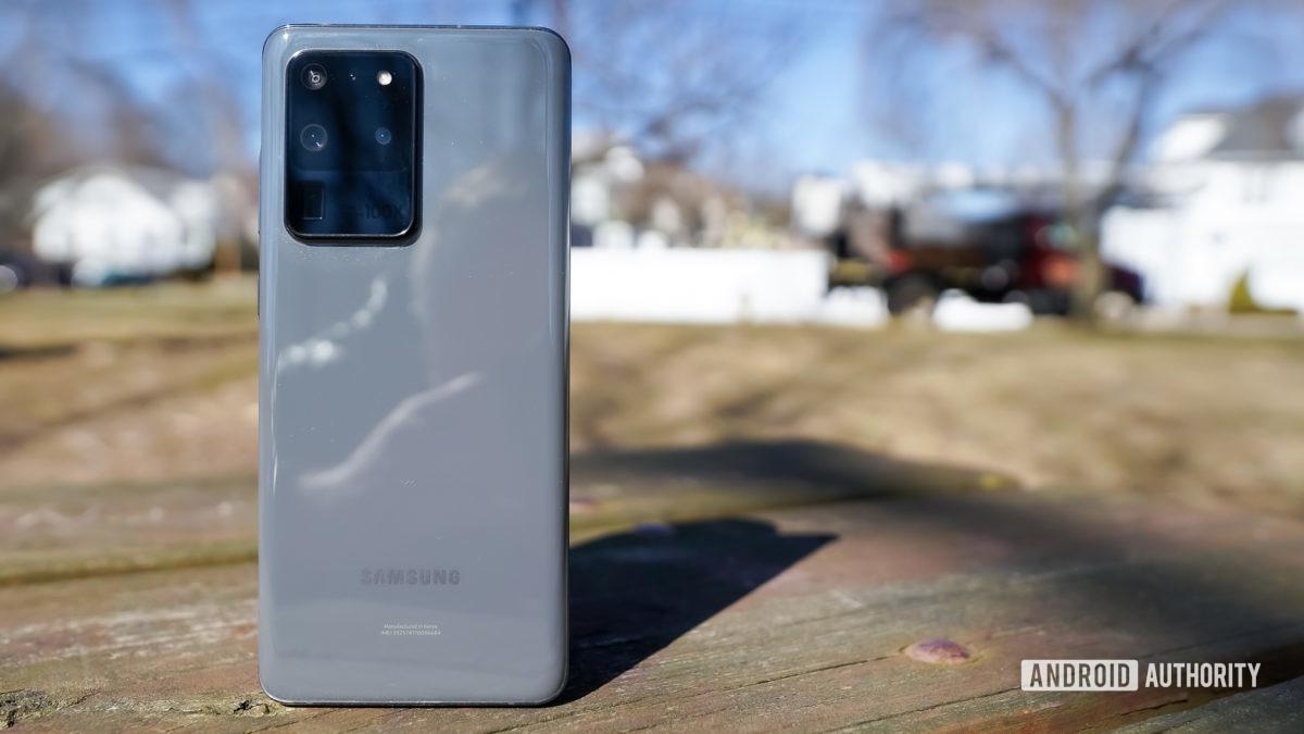 Samsung Galaxy S20 Ultra в парке