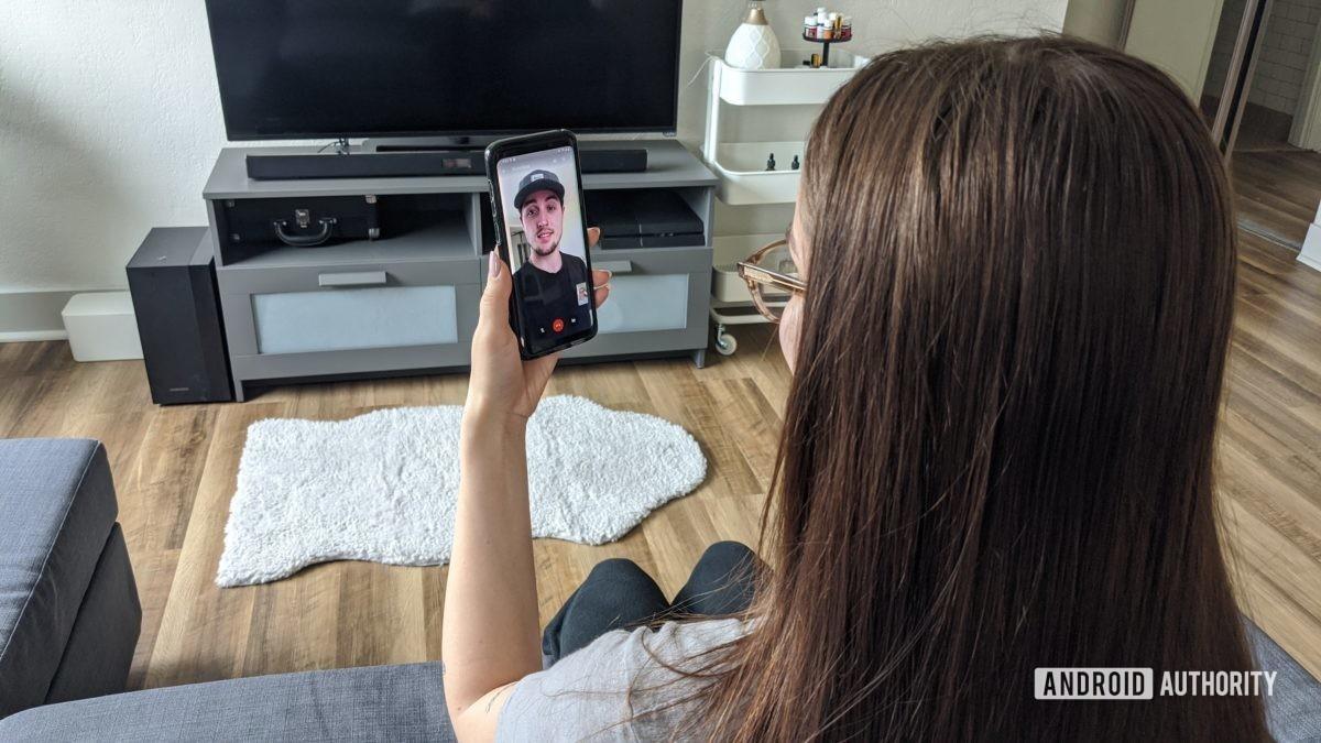 Женщина с помощью видеовстречи
