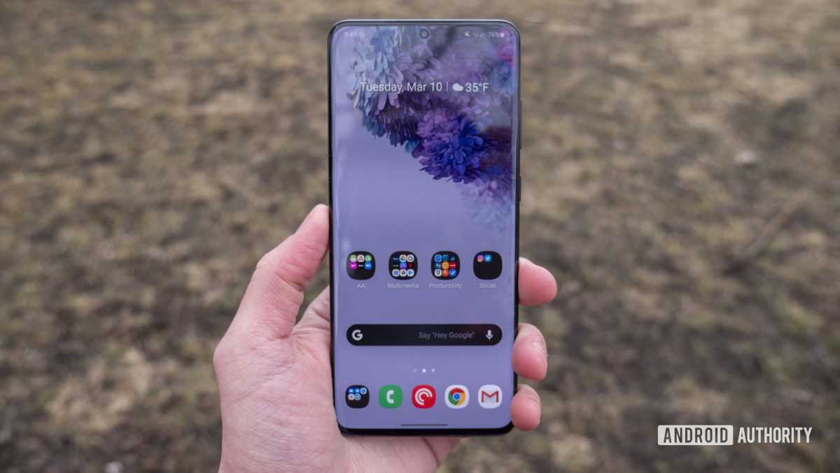 Samsung Galaxy S20 Plus обзор дисплей в руке 2