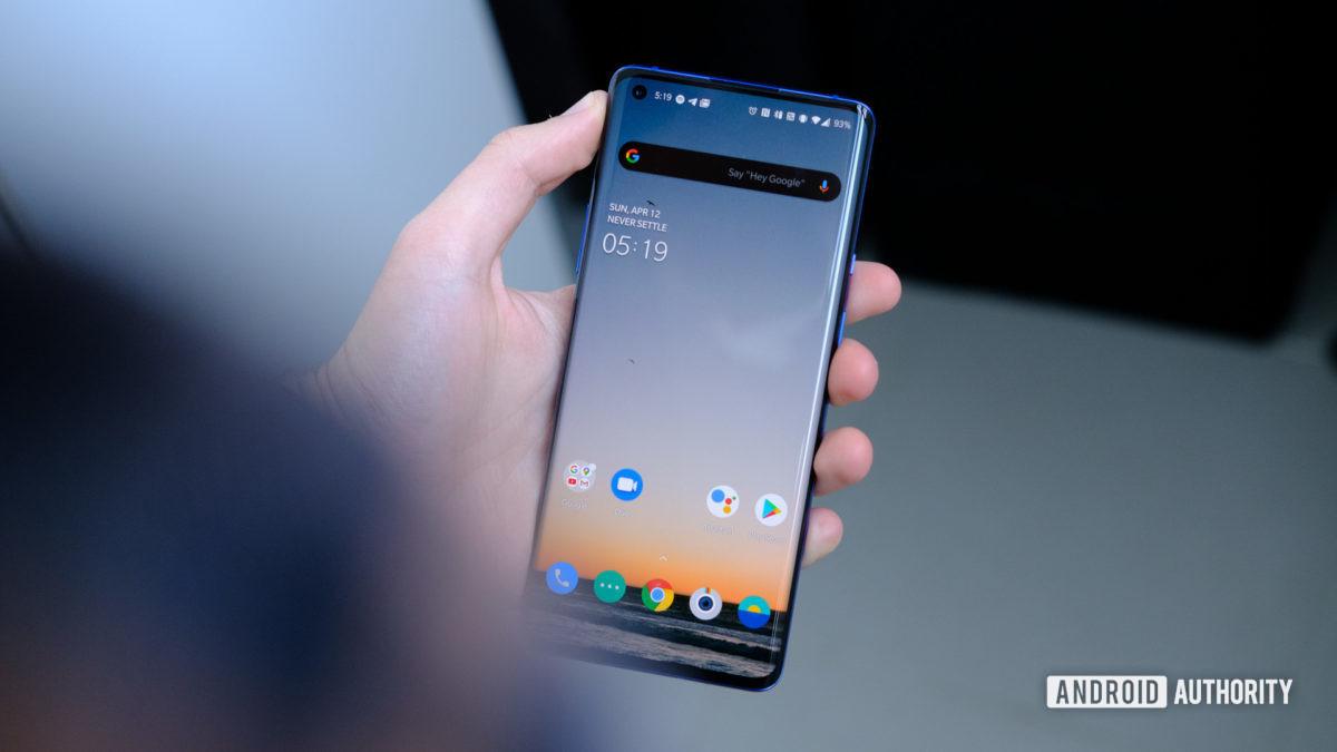 OnePlus 8 Pro экран в руке 1