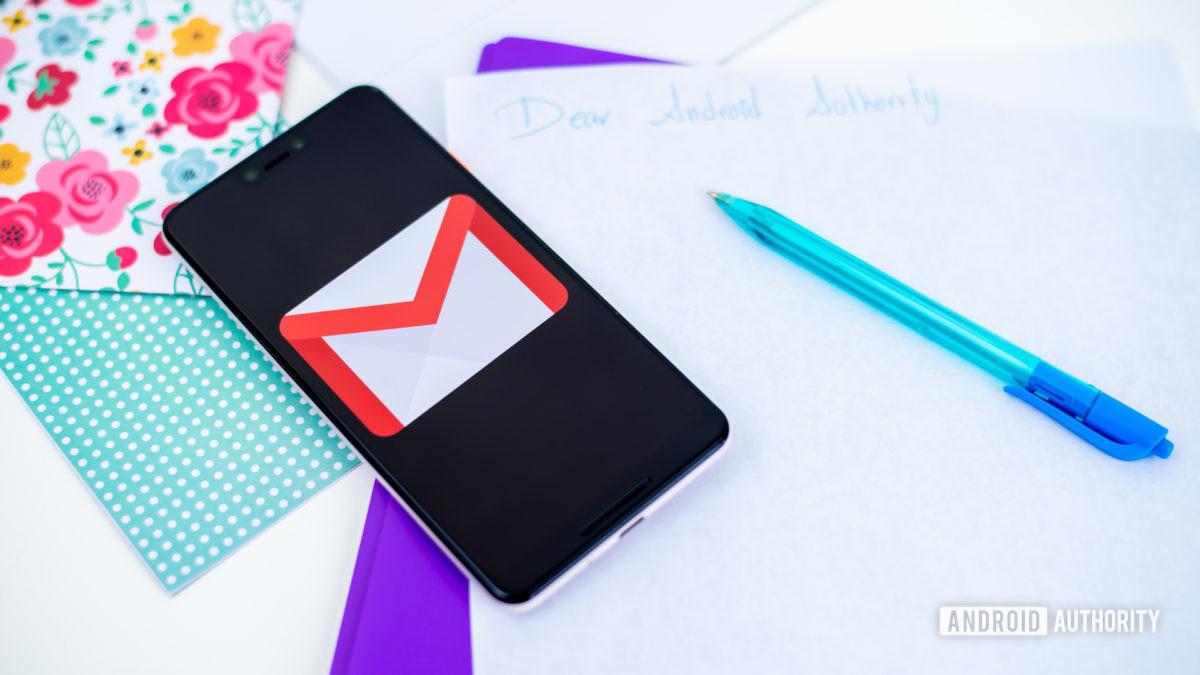 Логотип Gmail на смартфоне, сток фото 2