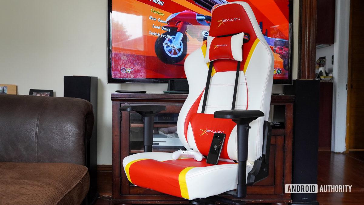 E Win Racing Hero кресло под углом перед телевизором