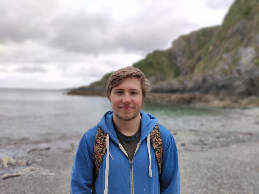 Poco F2 Pro камера тест Портрет на пляже со скалой и водой
