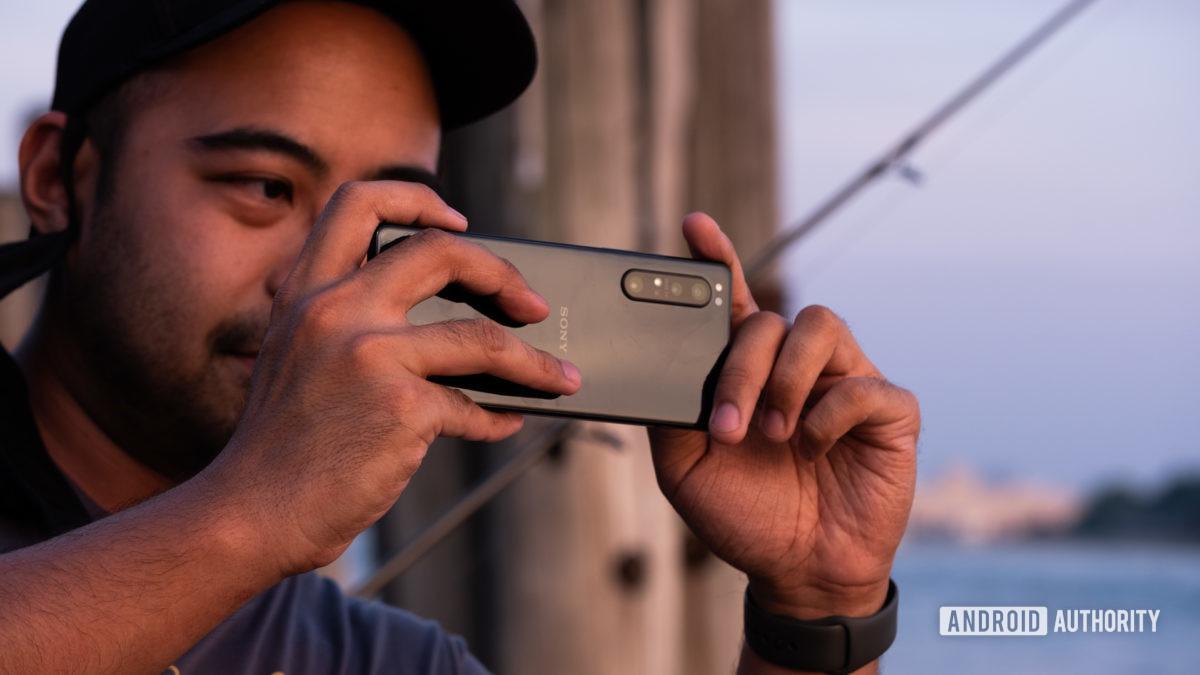 Sony Xperia 1 II tirando uma foto do lado de fora