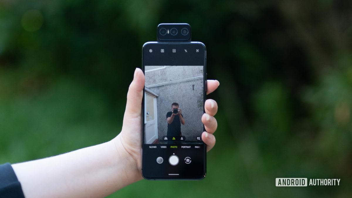 Asus Zenfone 7 Pro tirando uma selfie