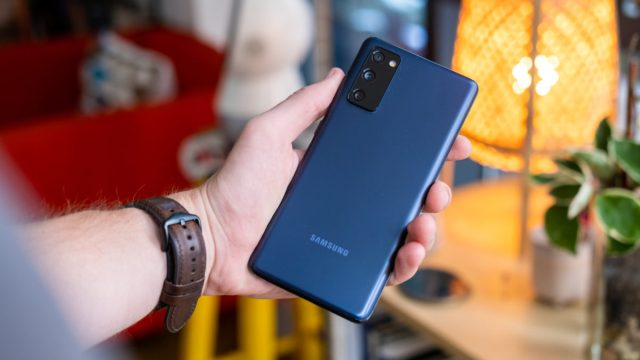 Samsung Galaxy S20 FE в руке