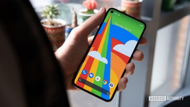 Google Pixel 5 в руке с включенным дисплеем