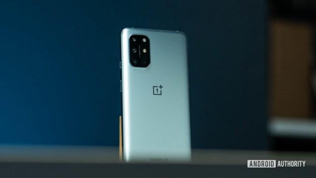 OnePlus 8T: снимок героя под углом сзади