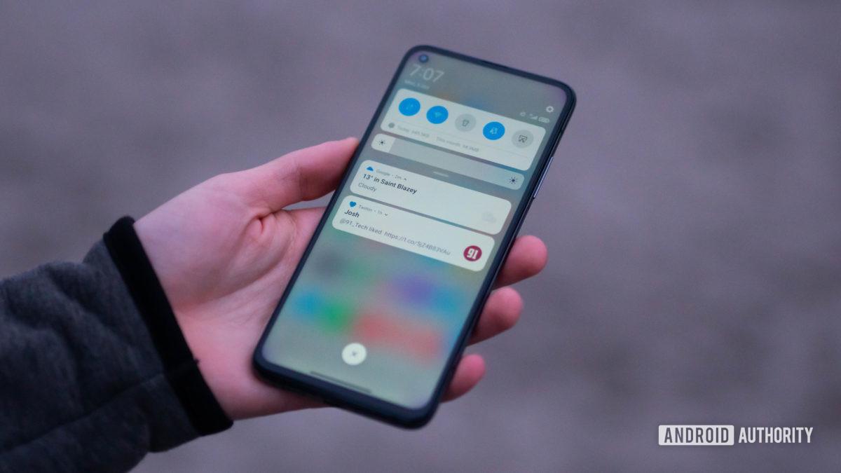 Xiaomi Mi 10T Pro держится в руке, глядя на шторку уведомлений - установите mp3-файл в качестве мелодии звонка