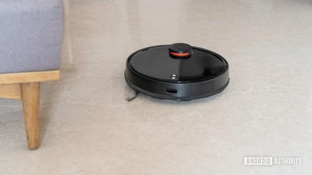 Робот-пылесос Mi Robot Vacuum Mop P в действии