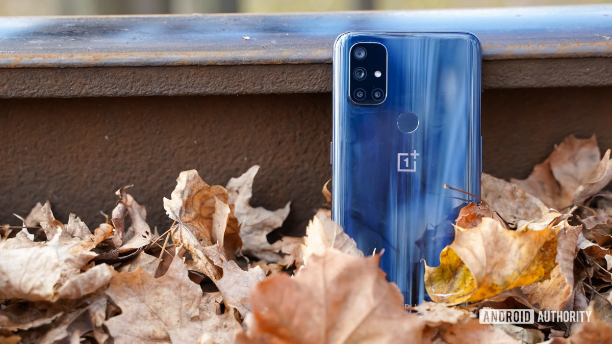 OnePlus Nord N10 contra trilhos