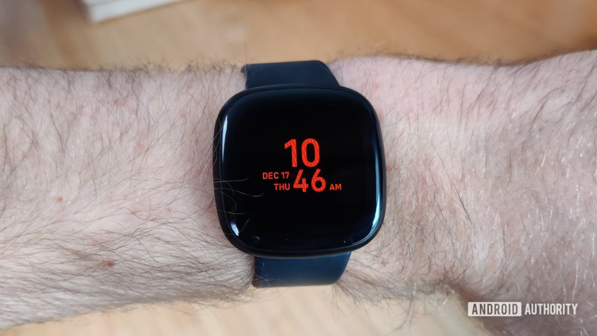 Обзор Fitbit Versa 3 Always On Display на запястье