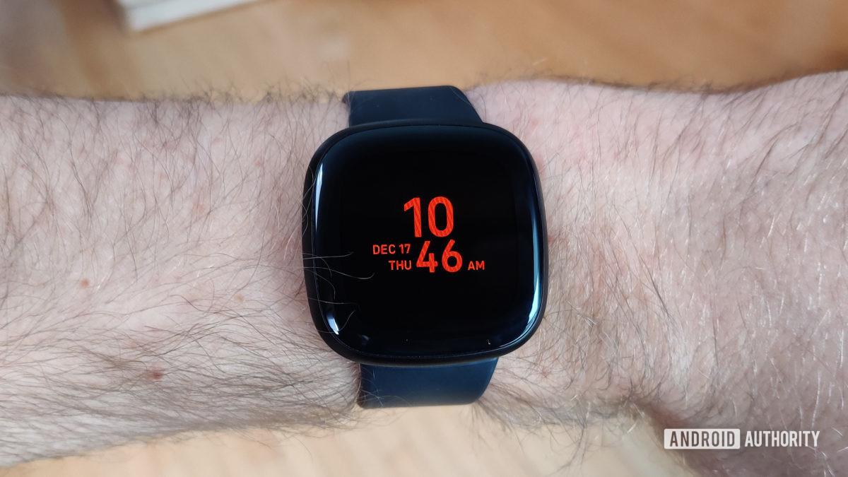 Обзор Fitbit Versa 3 Always On Display на запястье