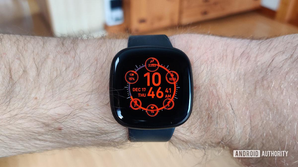 Fitbit Versa 3 Обзор основного дисплея на запястье
