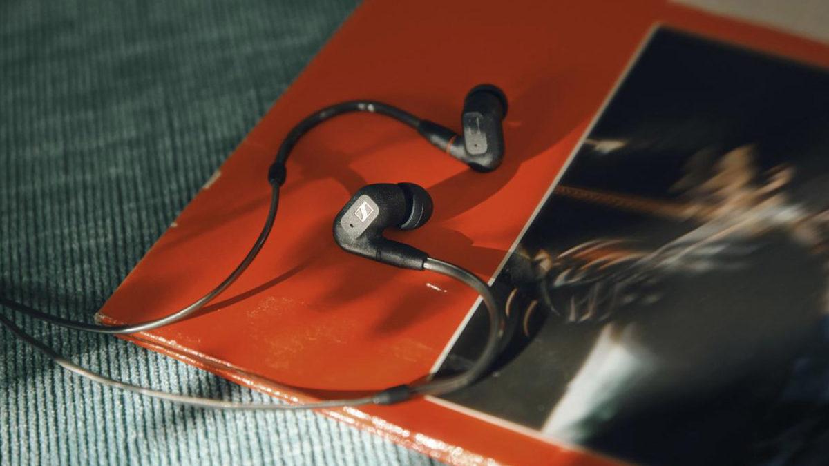 Os fones de ouvido Sennheiser IE 300 contra uma revista.