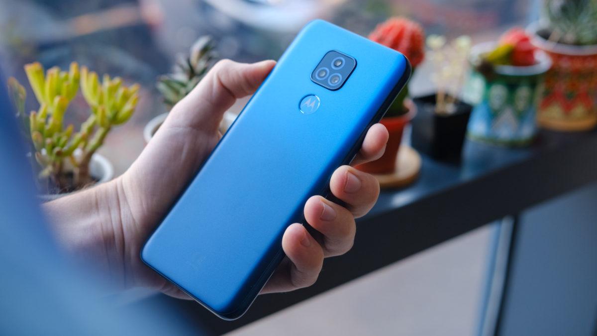 Moto G Play 2021 com a parte traseira do telefone na mão