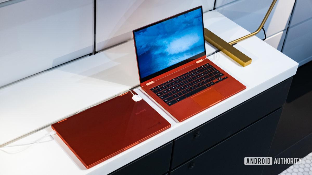 Samsung Galaxy Chromebook 2 aberto próximo a fechado