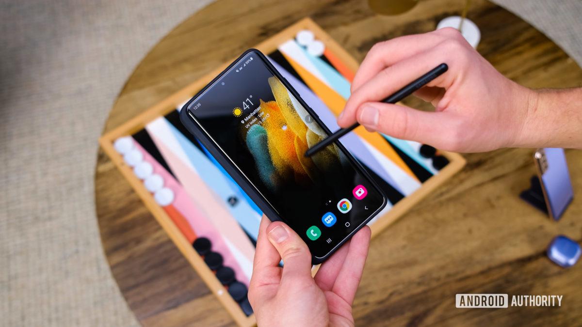 Samsung Galaxy S21 Ultra с помощью пера на дисплее