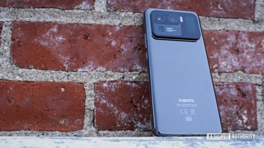 Xiaomi Mi 11 Ultra leaning back