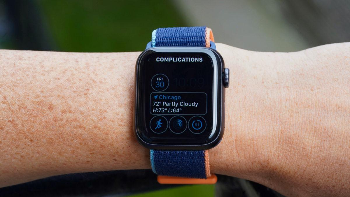 Apple Watch Series 6 на женском дисплее, показывающем, как менять циферблат и настраивать сложности