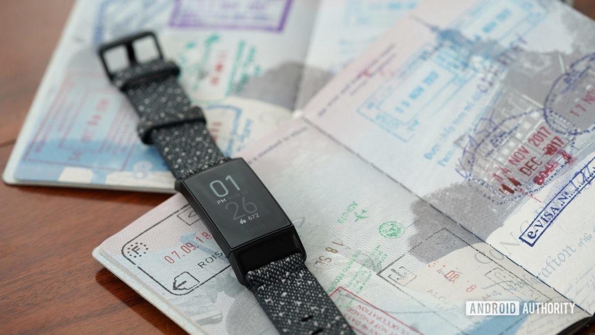 Fitbit Charge 4 опирается на открытые паспорта, намекающие на возможность изменять время на вашем Fitbit в зависимости от часовых поясов.