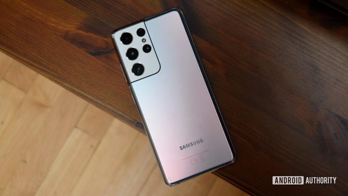 Samsung Galaxy S21 Ultra на столе экраном вниз