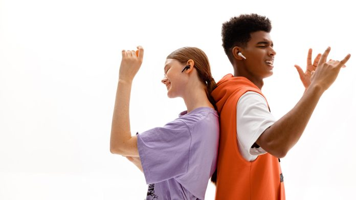 Two people wear the 1MORE Comfobuds 2 while dancing.
