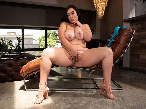 The Bodacious Boobs & Booty of Julia Mendoza