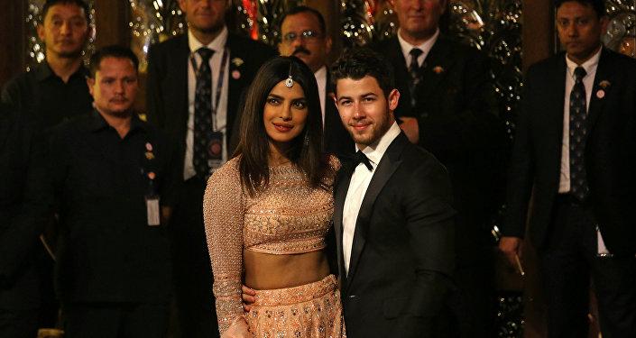 الممثلة الهندية بريانكا تشوبرا مع زوجها المطرب الأمريكي نيك جوناس