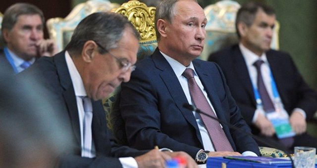Vladimir Putin (centro) com o chanceler russo Sergei Lavrov (esquerda) durante a sessão do Conselho de Segurança Coletiva da OTSC em 15 de setembro de 2015