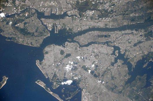 Fumaça levanta-se sobre Nova York após os atentados 11/9 (vista do espaço)
