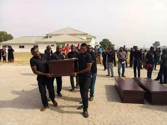 Las víctimas de un ataque a principios de enero en el estado de Benue están preparadas para el entierro masivo en una morgue en Makurdi, Nigeria.  Foto de la Reverenda Ande I. Emmanuel, UMNS.