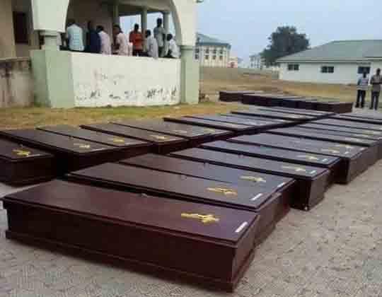 Los ataúdes están alineados frente a una morgue en Makurdi, Nigeria.  Más de 70 personas fueron asesinadas por presuntos pastores Fulani en los condados de Guma y Logo del estado de Benue a principios de enero.  Foto de la Reverenda Ande I. Emmanuel, UMNS.