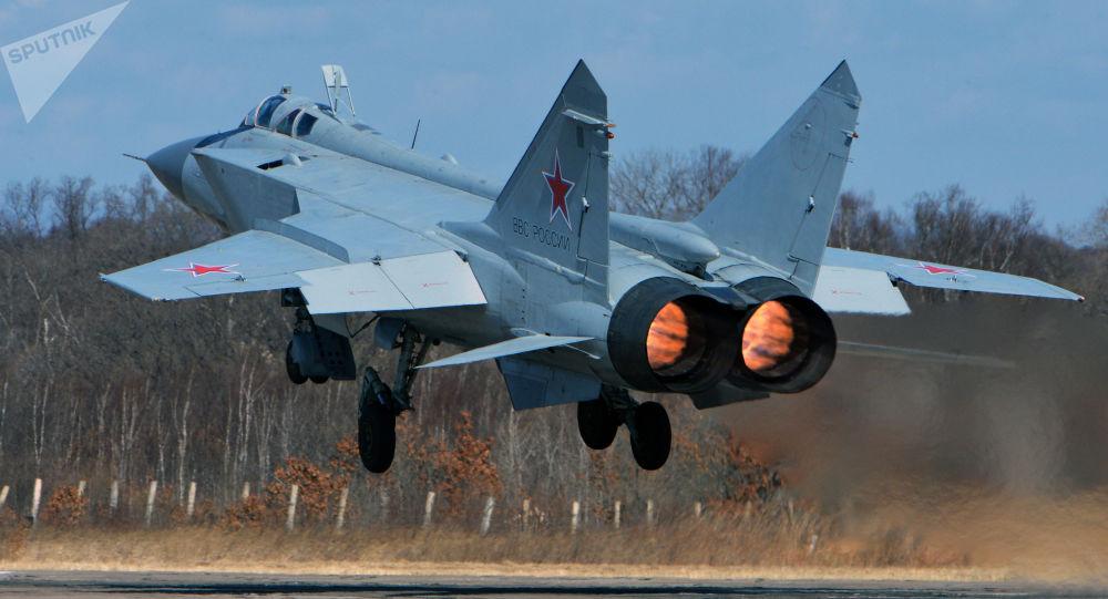 Un chasseur MiG-31 atterrit avec une roue cassée – vidéo