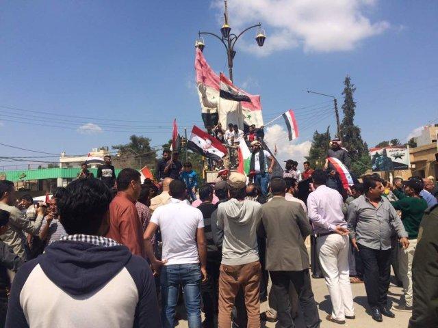 Des Syriens protestent contre les frappes