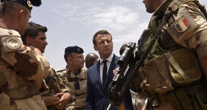 Le président Emmanuel Macron rend visite aux hommes de l'opération Barkhane à Gao, le 19 mai 2017 (Photo de CHRISTOPHE PETIT TESSON / POOL / AFP)