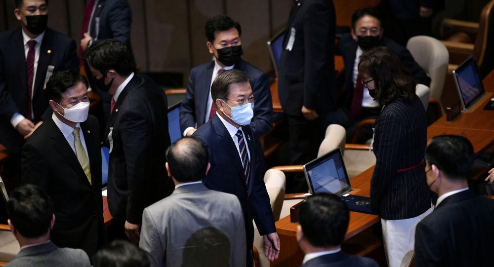 Il jette une chaussure sur le Président sud-coréen et explique son geste – vidéo
