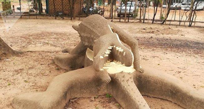 Des statues géantes de crocodiles à l'entrée du complexe touristique