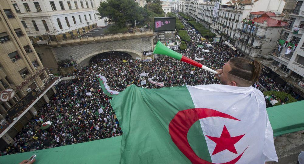 Signes d'apaisement politique en Algérie: deux célèbres détenus du Hirak bientôt libres