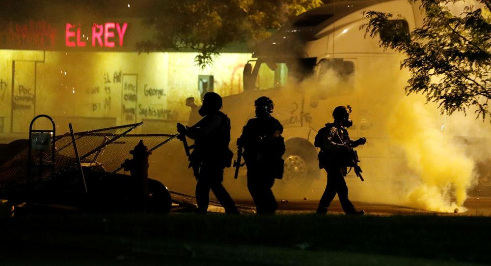 Le policier impliqué dans la mort de George Floyd inculpé, les manifestations se multiplient aux USA - images