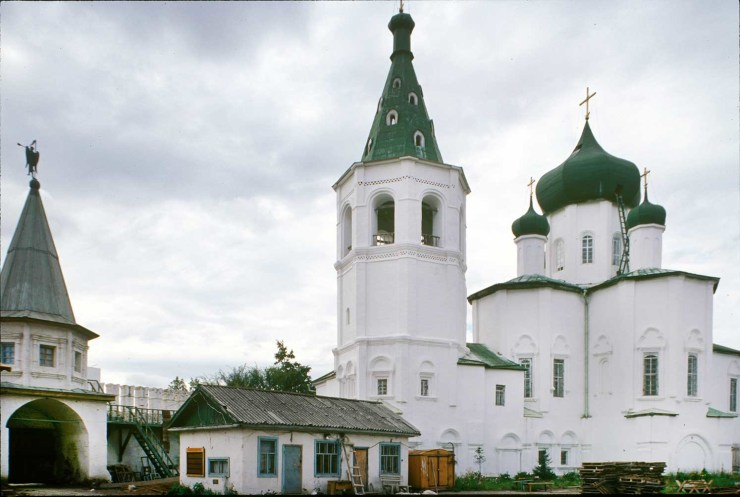Trinity Monastery. South gate, bell tower, Church of Sts. Peter and Paul. Northeast view. Photo: William Brumfield. Aug. 29, 1999.