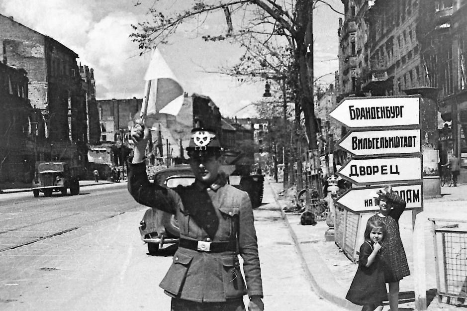 Ilya Arons.  El primer oficial de tráfico alemán comienza a trabajar, reemplazando a las mujeres soldados del Ejército Rojo con banderas.  Berlín de la posguerra, verano de 1945