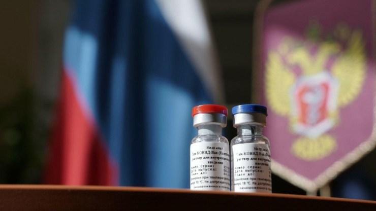 Првата вакцина во светот против инфекцијата со новиот коронавирус е регистрирана во Русија на 11 август. Руската вакцина за коронавирусот за граѓаните ќе биде пуштена во промет на 1 јануари 2021 година, врз основа на државниот регистар за медицински препарати на Министерството за здравство на РФ.