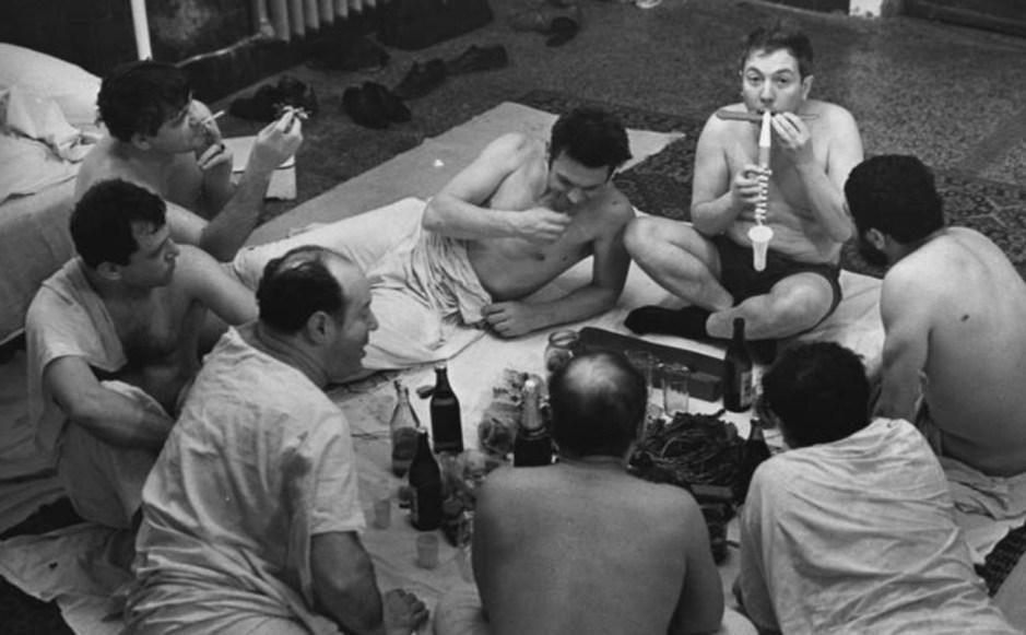 Hombres bebiendo cerveza y comiendo pescado seco...