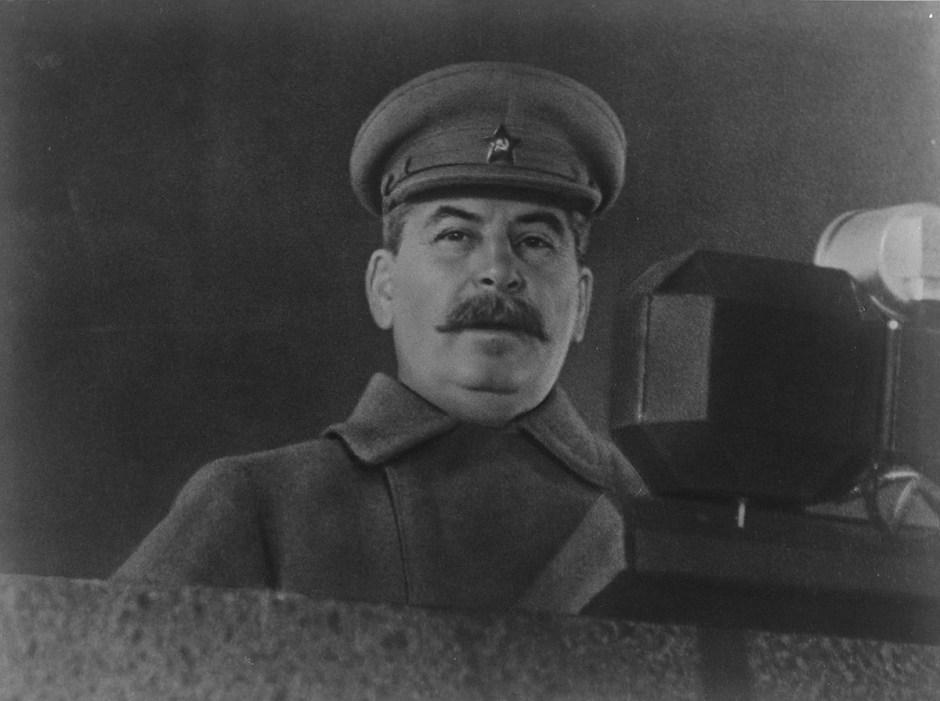 Stalin se dirige a los participantes del desfile militar en Moscú el 7 de noviembre de 1941.