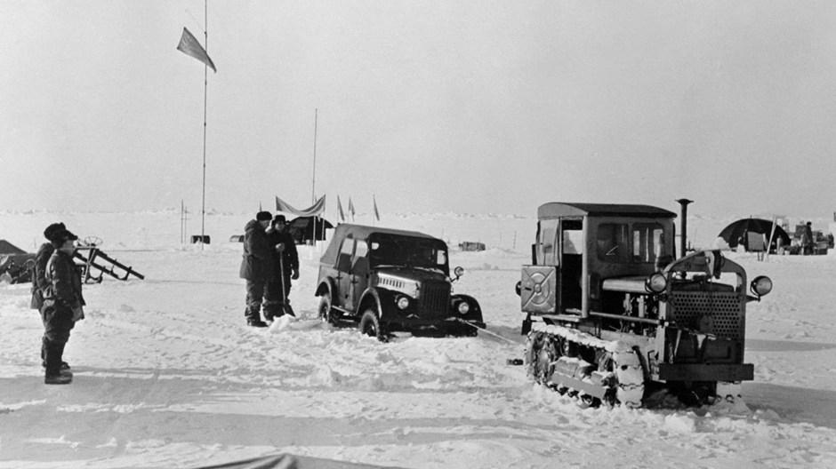 Tractor rescata un automóvil averiado en una de las estaciones de observación instaladas por científicos de la Unión Soviética sobre un témpano de hielo en la región ártica.