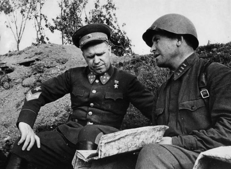 Comandante del Distrito Militar de Kiev, el general del ejército Gueorgui Zhúkov y el comisario de división Mirónov.