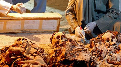 Trabajadores egipcios en la recién descubierta tumba del joyero Amenemhat en Luxor, Egipto, el 9 de setiembre de 2017.