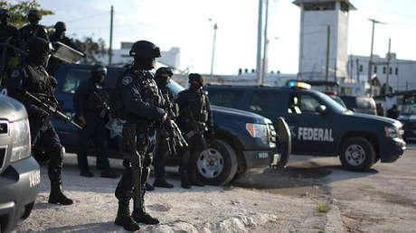 Policías federales resguardan una cárcel de Cancún, en México, tras un altercado entre prisioneros.