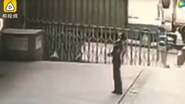 VIDEO: Un guardia de seguridad muere aplastado al intentar salvar a una mujer suicida (18+)